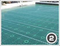 既存防水層と新規防水層間に絶縁シートを敷き込みます。